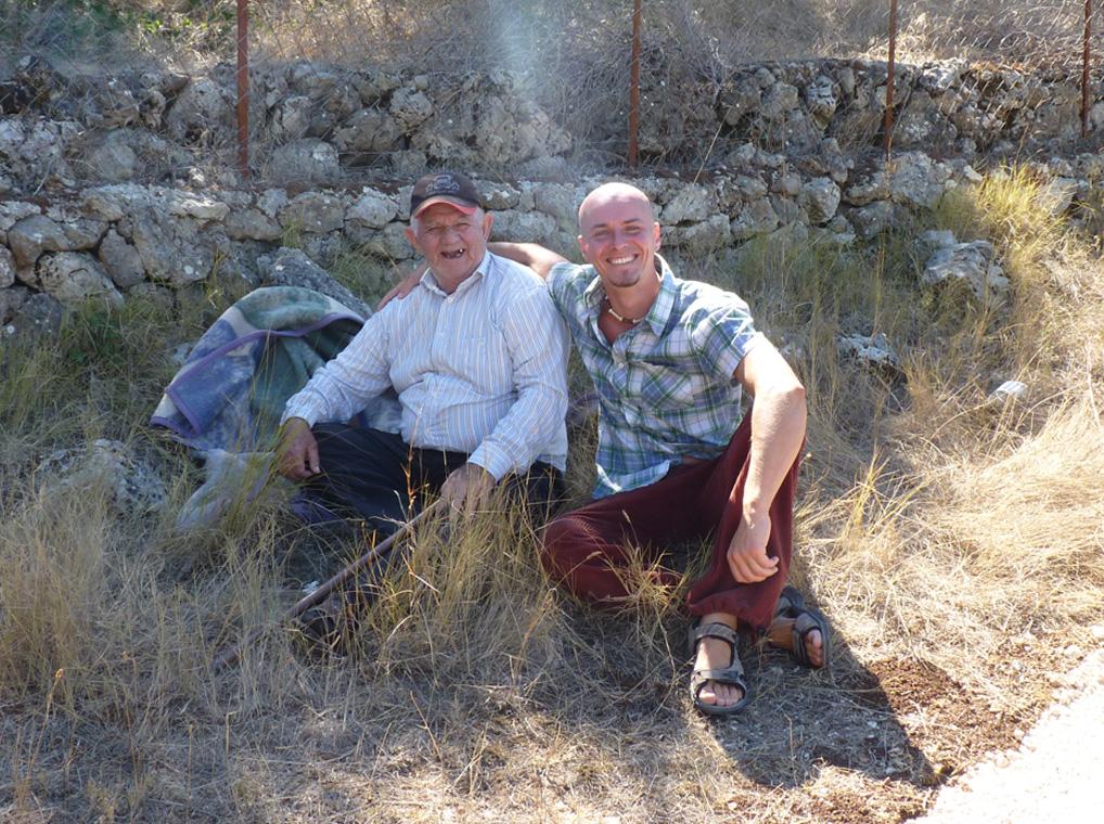 Strahlende Männer im Sonnenschein Griechenlands